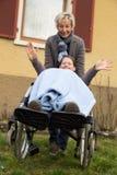 Jeune femme dans un fauteuil roulant Photo stock