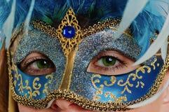 Jeune femme dans un masque de carnaval Photographie stock libre de droits