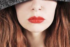 Jeune femme dans un pullover à capuchon avec le rouge à lèvres rouge Image stock