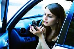 Jeune femme dans un véhicule. Photographie stock libre de droits
