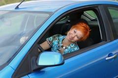 Jeune femme dans un véhicule image libre de droits