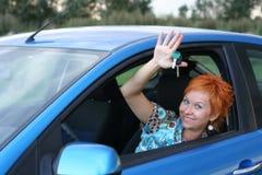 Jeune femme dans un véhicule avec la clé images libres de droits