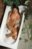 Jeune femme dans une baignoire (de ci-dessus) Photos stock