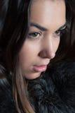 Jeune femme dans une couche de l'hiver Image libre de droits
