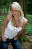 Jeune femme dans une forêt Images stock