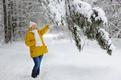 Jeune femme dans une forêt d'hiver Photographie stock libre de droits