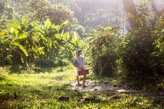 Jeune femme dans une forêt tropicale sur le chemin à la plage image libre de droits