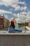 Jeune femme dans une pose de courbure de yoga sur un pont Image stock