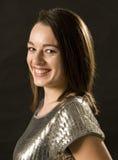 Jeune femme dans une pose de sourire Image stock