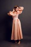 Jeune femme dans une rétro robe rose Image libre de droits