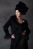 jeune femme dans une robe noire Photographie stock