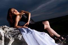 Jeune femme dans une robe noire Photographie stock libre de droits