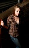 Jeune femme dans une ruelle ombragée Photographie stock libre de droits