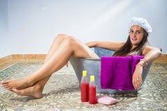 Jeune femme dans une vieille baignoire photographie stock