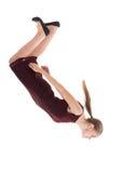 Jeune femme de équilibrage ou chute d'esquive Photographie stock libre de droits