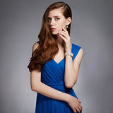 Jeune femme de Beauitiful dans la robe bleue Photo stock
