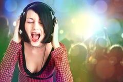 Jeune femme de beauté avec des écouteurs images libres de droits
