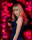 Jeune femme de beauté avec du vin en verre Photo stock