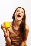 Jeune femme de beauté avec la cuvette jaune Photo libre de droits