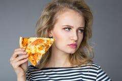 Jeune femme de beauté avec la pizza photographie stock