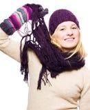 Jeune femme de beauté avec le chapeau, les gants et l'écharpe Photo libre de droits