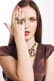 Jeune femme de beauté avec le jewelery de luxe Images libres de droits