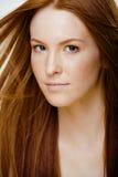 Jeune femme de beauté avec les cheveux rouges de vol Photographie stock