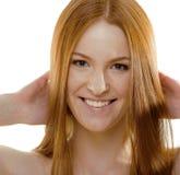 Jeune femme de beauté avec les cheveux rouges de vol Photos stock