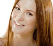 Jeune femme de beauté avec les cheveux rouges de vol Photo stock