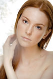 Jeune femme de beauté avec les cheveux rouges de vol, drôles Photographie stock libre de droits