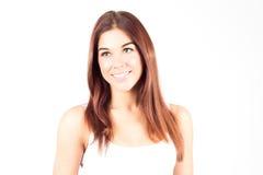 Jeune femme de beauté avec les cheveux rouges souriant avec les dents blanches Photo stock
