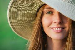 Jeune femme de beauté dans le chapeau d'été Photographie stock libre de droits