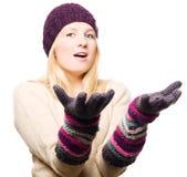 Jeune femme de beauté dans les gants et le capuchon Image stock