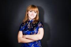 Jeune femme de beauté dans une chemise foncée de blou Photographie stock libre de droits