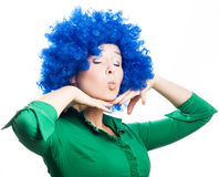 Jeune femme de beauté dans une perruque bleue Photo stock