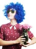 Jeune femme de beauté dans une perruque bleue avec des fleurs Images stock