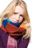 Jeune femme de beauté en difficulté dans une écharpe photo libre de droits