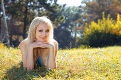Jeune femme de beauté en stationnement photo stock