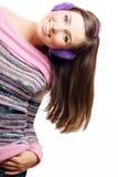 Jeune femme de beauté heureuse avec des écouteurs Images stock