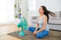 Jeune femme de beauté s'asseyant sur le salon Photo libre de droits