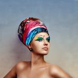 Jeune femme de beauté utilisant le chapeau créateur photo libre de droits