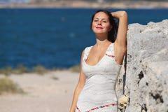 Jeune femme de bonheur près de la mer Images stock