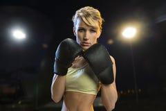 Jeune femme de boxeur Photographie stock