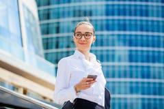 Jeune femme de brune appelant par le téléphone Photos stock