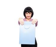 Jeune femme de brune avec le sac à provisions Photo stock