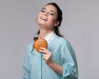 Jeune femme de brune avec un bisquit Image libre de droits