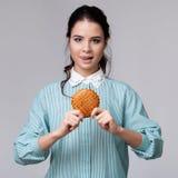 Jeune femme de brune avec un bisquit Photographie stock