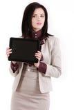 Jeune femme de brune avec un PC de comprimé d'isolement sur le blanc Photos libres de droits