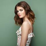 Jeune femme de brune dans la robe florale d'été de ressort Photo stock