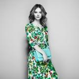 Jeune femme de brune dans la robe florale d'été de ressort Images stock
